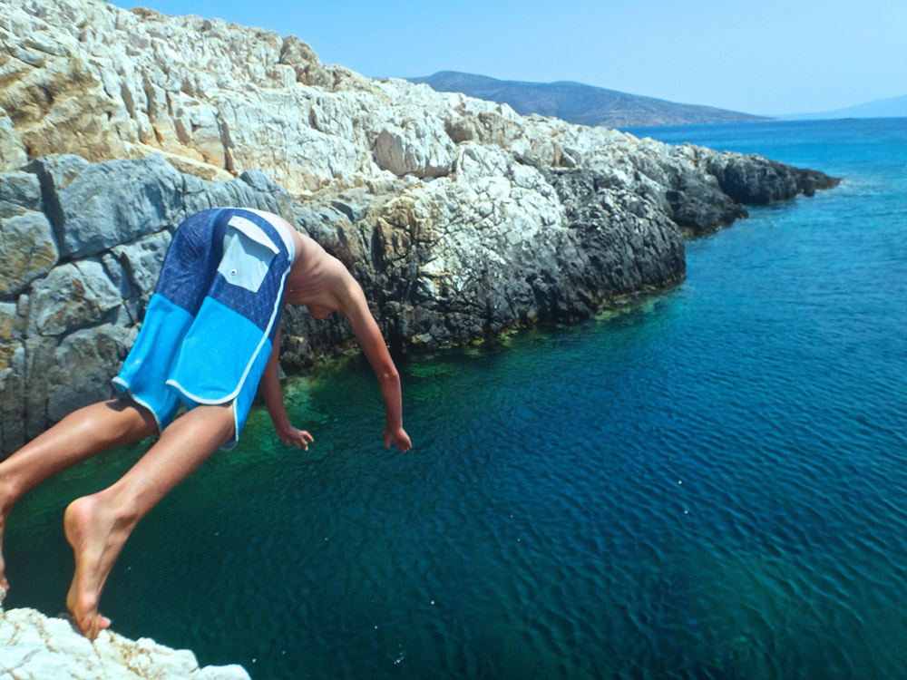 aegean-greece-tana-hakanson-cliff-jumping-pyrgaki-on-naxos-saadj-1